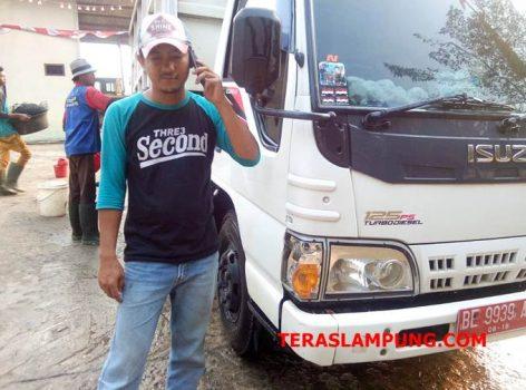 Firliansyah, sopir truk pengangkut sampah di Kota Bandarlampung untuk dibuang ke TPA Bakung.