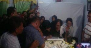 Isak tangis keluarga almarhum Anthonius Gunawan Agung saat tiba di rumah duka di Makassar [Foto: Ardiansyah]