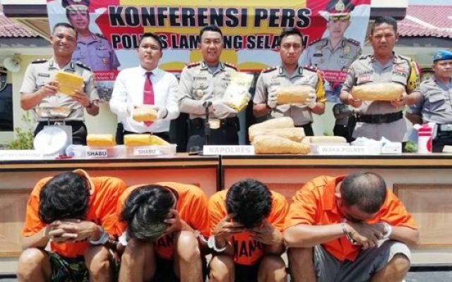 Kapolres Lampung Selatan, AKBP M. Syarhan didampingi Waka Polres, Kompol Indra Novianto dan Kasat Reserse Narkoba, Iptu Ferdiansyah menunjukkan barang bukti 9 Kg sabu dan 6,5 Kg ganja yang disita dari keempat pelaku.