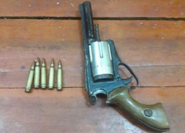 Barang bukti satu pucuk senjata api rakitan jenis revolver dan lima butir amunisi yang disita dari tersangka GU dan NU