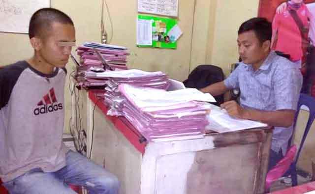 MFR (kiri) saat dimintai keterangan oleh petugas di Mapolsek Terbanggi Besar, Lampung Tengah.