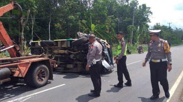 Mobil mini bus yang terbalik akibat tabrakan