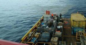 Awak kapal Pertamina mengamati serpihan pesawat Lion Air bernomor penerbangan JT610 rute Jakarta-Pangkalpinang, yang jatuh di laut utara Karawang, Jawa Barat, Senin, 29 Oktober 2018. Pesawat Lion Air dengan nomor registrasi PK-LQP itu dilaporkan terakhir tertangkap radar di koordinat 05 46.15 S - 107 07.16 E. ANTARA/HO-Pertamina