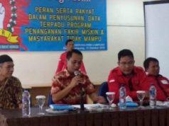 Santoso Adi (tengah) pada acara Dialog publik Peran Serta Rakyat Dalam Penyusunan Data Terpadu Program Penanganan Fakir Miskin dan Masyarakat Tidak Mampu di aupa PKBI Lampung,Kamis (11/10/2018).