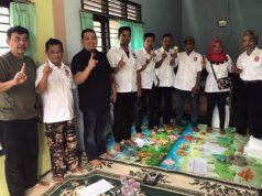 Ketua Partai Gerindra Kota Bandarlampung Andika Wibawa (baju Hitam) bersama pengurus dan bendahara partai Imam Santoso Soegiharto (ujung kiri) melakukan pemantapan di PAC Langkapura.