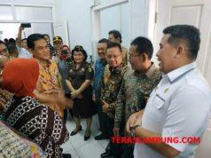 Direktur Jenderal Badan Peradilan Umum (Badilum) Mahkamah Agung RI, Herry Soewantoro berbincang dengan Bupati Pesawaran Dendy Romadhona usai meninjau PN. Gedongtaan, Rabu (21/11/2018).