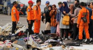 Keluarga korban jatuhnya pesawat Lion Air JT610 melihat barang-barang penumpang yang berhasul ditemukan tim Basarnas dii Tanjung Priok, Jakarta, 31 Oktober 2018. Operasi pencarian korban Lion Air JT 610 pada hari ketiga diperluas hingga 15 nautical mile (NM) oleh Basarnas. REUTERS/Beawiharta