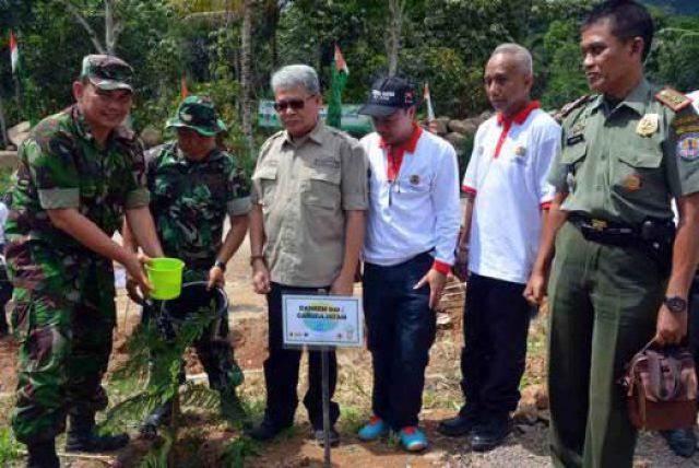 Kasi Teritorial Korem Gatam Letkol Sahnun menanam pohon di Tahura Wan Abdul Rahman, Rabu (28/11/2018).