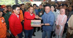 Gubernur Sumsel Heran Deru menyerahkan bantuan secara simbolis kepada Plt Bupati Lamsel Nanang Ermanto untuk korban tsunami di Lampung Selatan,Minggu, 30 Desember 2018.