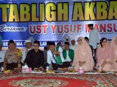 Bupati Agung Ilmu Mangkunegara berbincang dengan ustaz Yusuf Mansyur di sela acara tabligh akbar