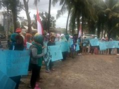 Demo ibu-ibu petambak di Polsek Rawajitu, Kabupaten Tulangbawang, Senin siang,10 Desember 2018.