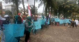 Demo ibu-ibu petambak di Polsek Rawajitu, Kabupaten Tulangbawang, Senin siang,10 Desember 2018.