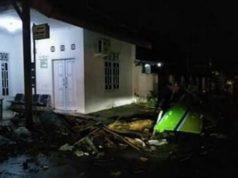 Dampak hantaman gelombang tinggi di kawasan pesisir Kalianda, Lampung Selatan, Sabtu malam, 22 Desember 2018.