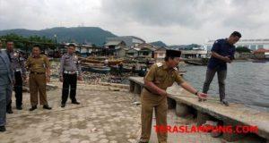 Walikota Herman HN mencoba ikut menarik tali milik nelayan Payang Padang di Pantai Sukaraja, Kecamatan Bumiwaras.