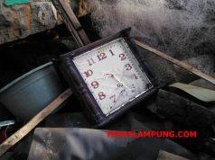 Jam dinding jadul yang menunjukkan pukul 21.30 WIB dimana tepat terjadinya gelombang tsunami yang menghantam ratusan rumah di wilayah pesisir Kalianda, Lampung Selatan. Jam didnding itu, berada di reruntuhan bangunan rumah milik Wahid (50), warga Desa Way Muli, Kecamatan Rajabasa.