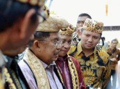 Wapres Jusuf Kalla mengenakan pakaian adat Lampung ketika menghadiri acara penutupan Silaknas ICMI di Bandarlampung, Sabtu, 8 Desember 2018.