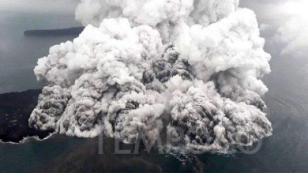 Kondisi Gunung Anak Krakatau lewat udara yang terus mengalami erupsi pada Ahad, 23 Desember 2018. Pada Sabtu, 22 Desember 2018, secara visual teramati letusan dengan tinggi asap berkisar 300 sampai 1.500 meter di atas puncak kawah. TEMPO/Syafiul Hadi