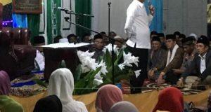 Bupati Parosil Mabsus menyampaikan sambuyan pada acara pengajian di Pekon Tugusari, Selasa malam (4/12/2018).