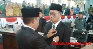 Penyematan pin kepada Ahmad Sampura, anggota DPRD Lampura yang baru