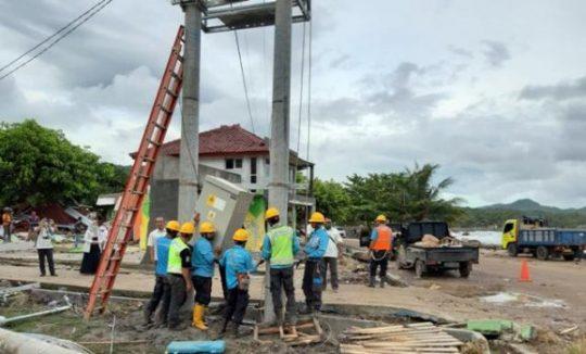 Para petugas PLN pembenahan jaringan listrik pasca tsunani Selat Sunda di wilayah Lampung Selatan.