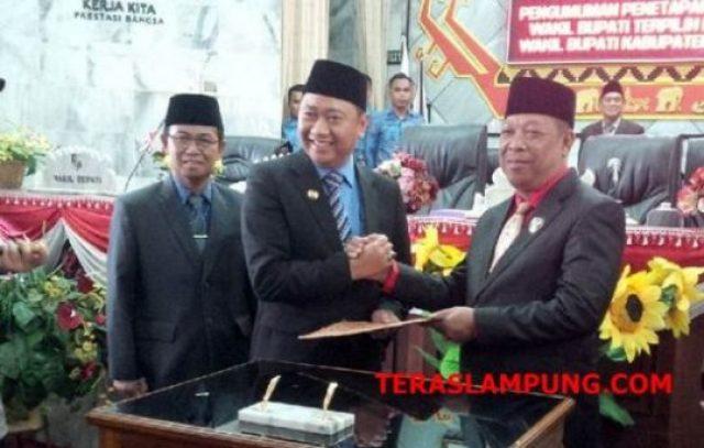 Ketua DPRD Lampura (Rachmat Hartono) menyampaikan hasil paripurna penetapan Bupati dan Wakil Bupati Lampura kepada Bupati Agung Ilmu Mangkunegara, Jumat,28 Desember 2018.