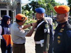 Executive Vice President (EVP) PT Kereta Api Indonesia, Sulthon Hasanudin,menyematkan pin di seragam petugas keamanan dari unsur TNI dan Polri yang akan membantu pengamanan angkutan Natal 2