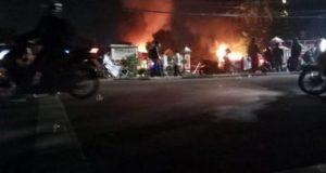 Polsek Ciracas dibakar massa di Jakarta Timur pada senin malam. Foto/Istimewa