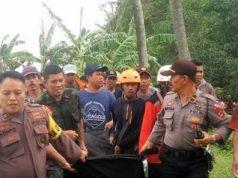 Tim SAR, polisi, dan warga mengevakuasi korban banjir di Sulawesi Selatan,Rabu,23 Januari 2019 | Foto: kabarmakassar.com