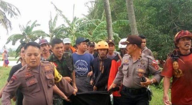 Tim SAR, polisi, dan warga mengevakuasi korban banjir di Sulawesi Selatan,Rabu,23 Januari 2019   Foto: kabarmakassar.com