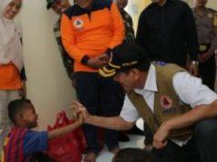 Kepala BNNP Letjen Doni Monardo menyapa pengungsi korban tsunami Selat Sunda di Lampung Selatan, Minggu, 13 Januari 2019.