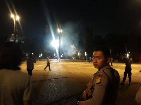 Suara ledakan disertai asap putih terjadi di kawasan nobar debat capres di kawasan Parkir Timur Senayan, Jakarta Pusat, Ahad petang, 17 Februari 2019. TEMPO/Francisca Christy Rosana
