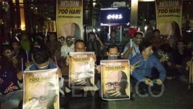 Puluhan pegawai Komisi Pemberantasan Korupsi dan pegiat antikorupsi menggelar aksi diam selama 700 detik memperingati 700 hari teror terhadap Novel Baswedan, di Gedung KPK, Jakarta, Selasa, 12 Maret 2019. TEMPO/M Rosseno Aji