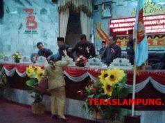 Juru bicara Pansus LKPj Bupati Lampura tahun 2018 menyerahkan hasil pembahasan Pansus kepada pimpinan DPRD dan perwakilan eksekutif, Jumat, 22 Maret 2019.