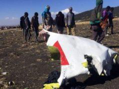 Warga tampak berjalan melintasi sebagian dari reruntuhan di TKP jatuhnya Ethiopian Airlines no penerbangan ET302, dekat kota Bishoftu, tenggara Addis Ababa, Ethiopia, 10 Maret 2019 (foto: Reuters/Tiksa Negeri)