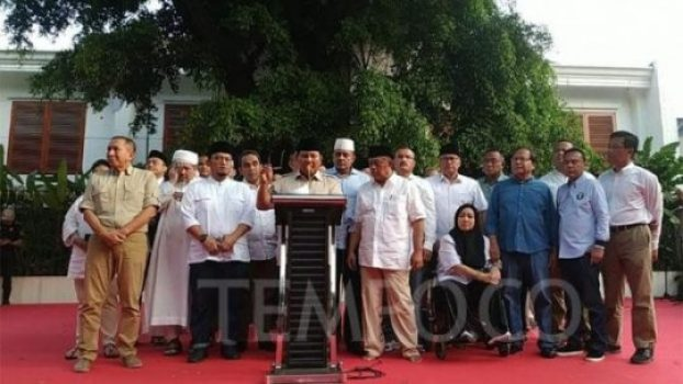 Calon presiden 02 Prabowo Subianto menggelar konferensi pers di depan rumahnya, Jalan Kertanegara 4, Jakarta Selatan, Rabu, 17 April 2019. Prabowo menyatakan dirinya unggul dan menyatakan tak percaya terhadap hasil hitung cepat yang dilakukan sejumlah lembaga survei. TEMPO/Putri.