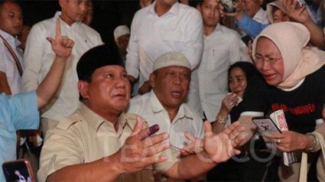 Ekspresi terharu capres nomor urut 02, Prabowo Subianto saat bersujud syukur di depan pendukungnya di kediamannya di Kertanegara IV, Jakarta, Rabu, 17 April 2019. Terlihat keberadaan Rachmawati Soekarnoputri dalam acara tersebut. TEMPO/Melgi Anggia