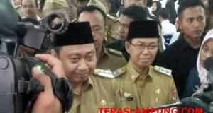 Bupati Agung Ilmu Mangkunegara dan Wakil Bupati Sri Widodo memberikan keterangan usai acara penyerahan SK CPNS,Senin, 1 April 2019.