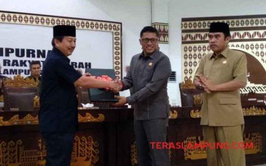 Ketua DPRD Kota Bandarlampung Wiyadi menyerahkan rekomendasi DPRD Terhadap Laporan Keterangan Pertanggungjawaban Walikota Bandarlampung (LKPJ) tahun 2018 kepada Walikota Herman HN.
