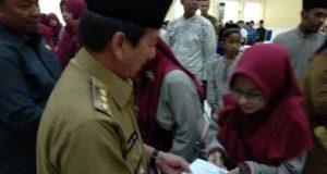 Walikota Herman HN menyerahkan hadiah kepada salah satu kafilah Bandarlampung yang meraih medali pada MTQ Lampung 2019 di Kabupaten Tulangbawang Barat.