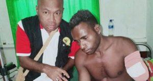 Kepala Kantor Komnas HAM Perwakilan Papua, Frits Ramandey bersama korban Jhon Tatai (25) yang tangan kirinya telah diamputasi – Jubi/Dok Komnas HAM Perwakilan Papua