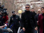 Pesepakbola asal Portugal, Cristiano Ronaldo menggandeng kekasihnya, Georgina Rodriguez melewati awak media setelah menjalani sidang di Madrid, Spanyol, 22 Januari 2019. REUTERS