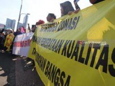 Demo protes PPDB di depan Gedung Negara Grahadi Surabaya, Rabu (19/6/2019). (ANTARA/Didik Suhartono)