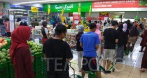 Suasana toko ritel Giant Ekspres saat menggelar diskon penutupan gerai di Mampang, Jakarta Selatan, Ahad, 23 Juni 2019. Tempo/Hendartyo Hanggi
