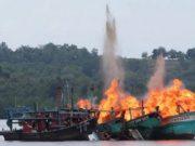 Satgas 115 Kementerian Kelautan dan Perikanan (KKP) yang bekerja sama dengan Polda Kepri dan TNI AL meledakkan lima kapal nelayan asing di Perairan Batam, Kepulauan Riau, 5 April 2016. Pihak berwajib meledakkan empat kapal nelayan Malaysia dan satu kapal nelayan Vietnam. ANTARA/M N Kanwa