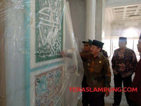 Walikota Herman HN didampingi Rektot UIN Raden Intan meninjau Masjid Safinatul Ulum.