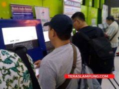 "Para penumpang kereta api melakukan check-in di Stasiun Gambir (Foto"" Teraslampung.com)"