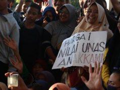 Warga berunjuk rasa di kantor Dinas Pendidikan Kota Surabaya, Jawa Timur, Kamis (20/6/2019). Mereka memprotes kebijakan Sistem Penerimaan Peserta Didik Baru (PPDB) berdasarkan zonasi. - Antara/Didik Suhartono