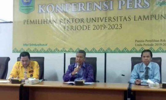 Prof. Dr. Wan Abas Zakaria (tengah) menjelaskan tentang persiapan pemilihan Rektor Unila, Rabu, 17 Juli 2019.