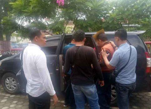 HS saat digiring untuk memasuki mobil menuju Polres Lampung Utara.