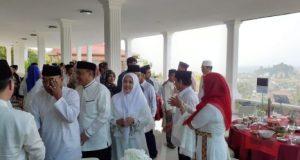"""Walikota Herman HN dan istri, Eva Dwiana, pada acara silaturahmi terbuka atau """"open house"""" di rumah dinasnya,"""